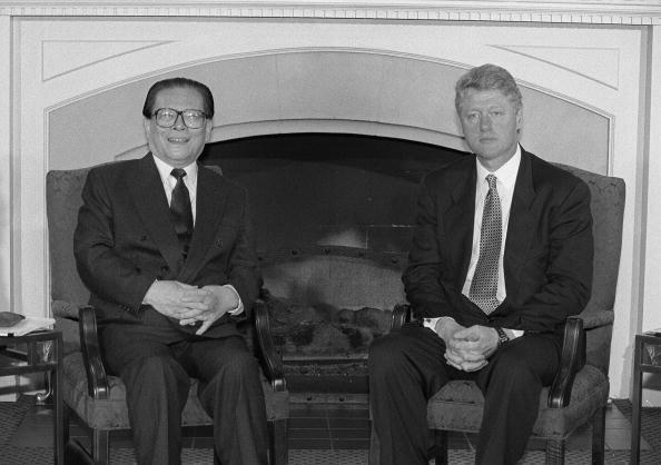 1993年11月,江澤民在89六.四天安大屠殺後,赴西雅圖參加APEC峰會,會見了克林頓。 (LUKE FRAZZA/AFP via Getty Images)