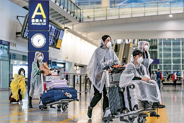 本港武漢肺炎染病率較其它國家及地區為低,不少海外港人及留學生回港「避疫」。近日飛來本港的航班上或香港機場,出現全副「武裝」穿防護衣的乘客。(Anthony Kwan/Getty Images)