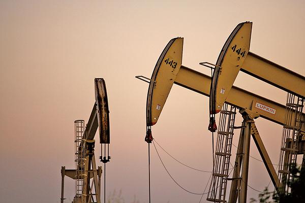武漢肺炎全球肆虐,汽油需求大幅度減少,石油期貨周一收盤再下滑10%。(AFP)