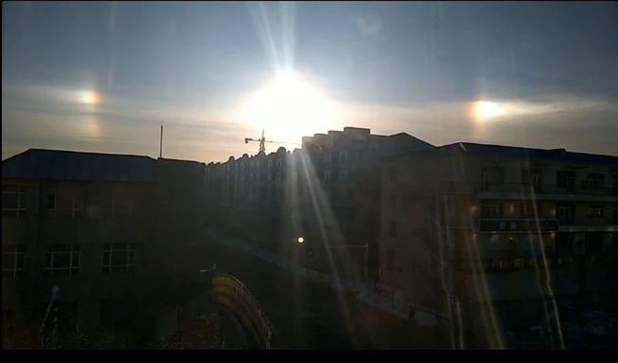 2020年3月16日早上,黑龍江省虎林市天空中赫然出現了三個太陽的震撼景觀。(網絡圖片)