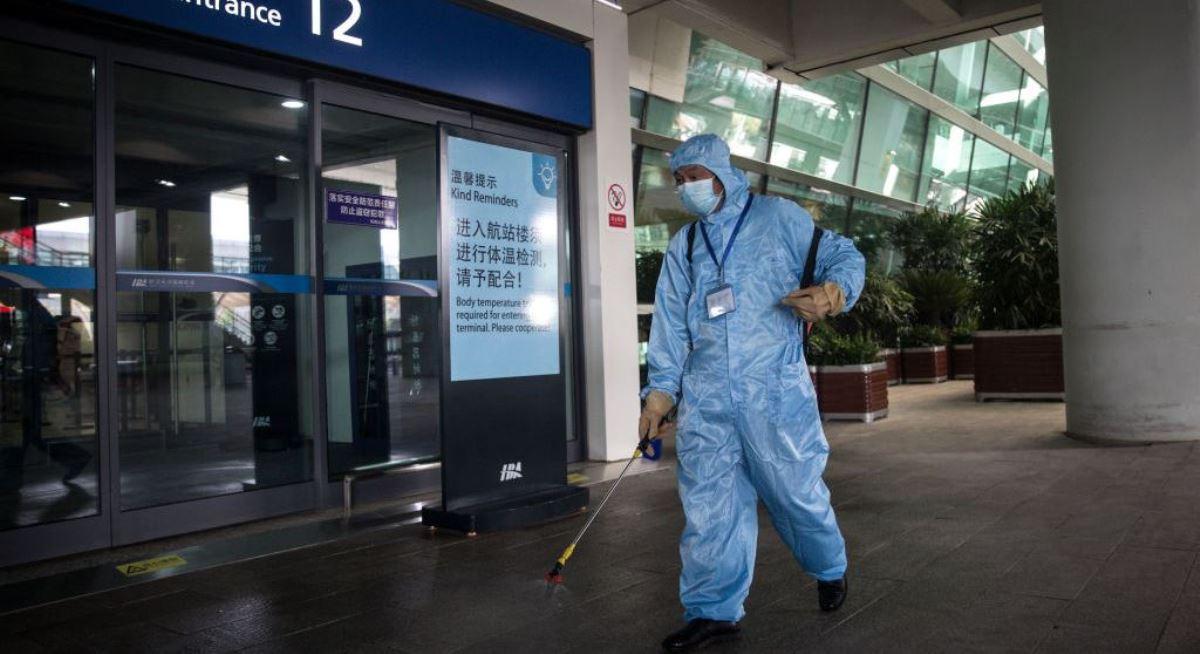 圖為工作人員2020年3月17日在中國湖北武漢市的天河機場進行消毒。(Stringer/Getty Images)