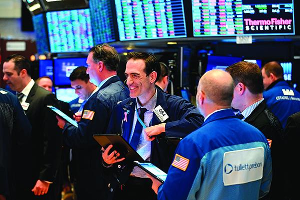17日,紐約證券交易所的交易員喜笑顏開。(Getty Images)
