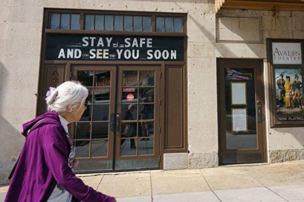 白宮官員說,「我真心為美國私營部門鼓掌——他們安排專屬老年人的購物時段」圖為華盛頓特區劇場前,走過一位老年人。 (Getty Images)