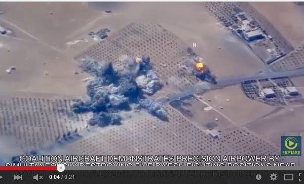 視像顯示,在一次空襲的瞬間,美軍同時擊中銷毀5個恐怖組織的目標。(視像截圖)