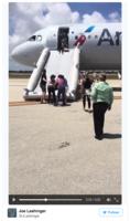 美航空客機跑道上漏油急疏散 24人不適送醫