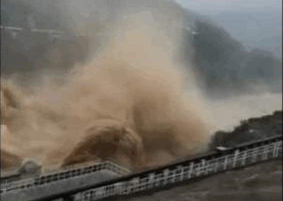 河北張河灣水庫在泄洪。(視像截圖)