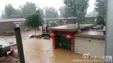 邢台網民上傳照片,顯示水庫洩洪後,村子被水淹沒。(網絡圖片)