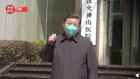 習近平在掛有「火神山醫院」牌子的建築前發表講話。(影片截圖)
