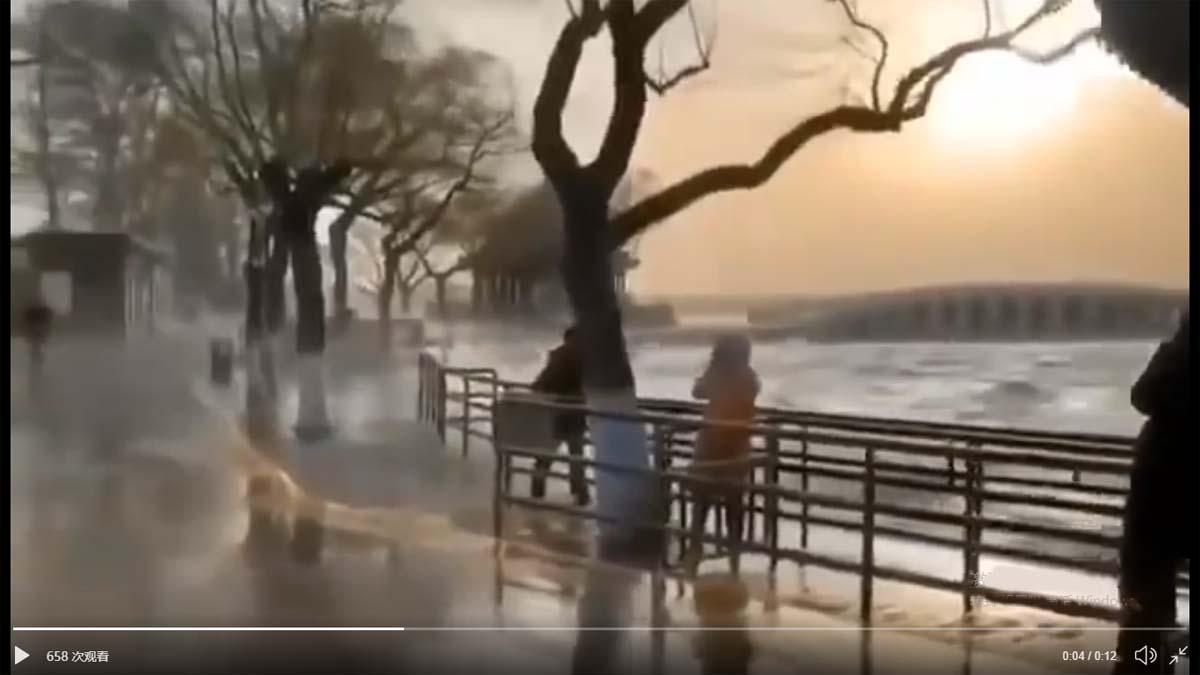 2020年3月18日,頤和園內昆明湖巨浪翻滾。(影片截圖)