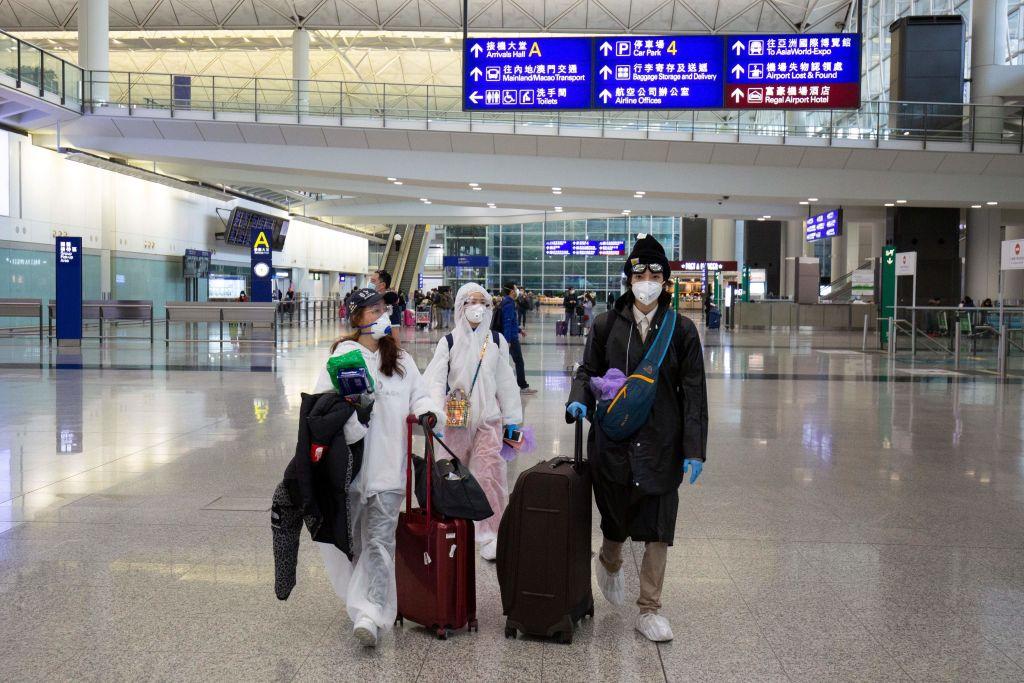 面對復工導致的中共肺炎疫情再次大擴散,中共鼓動華人「回國避疫」。然而僅僅一天後,黨媒突然變臉,要求「暫停回國」,引發網民不滿。(ALASTAIR PIKE/AFP via Getty Images)