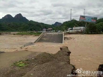 邢台網民上傳照片顯示,水庫洩洪後淹沒了村子。(網絡圖片)