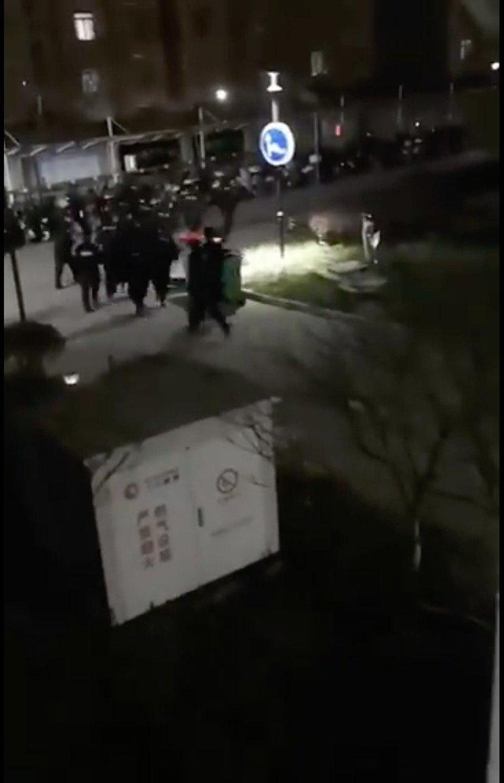 湖北某小區軍警強闖民宅抓捕抗議高價菜民眾