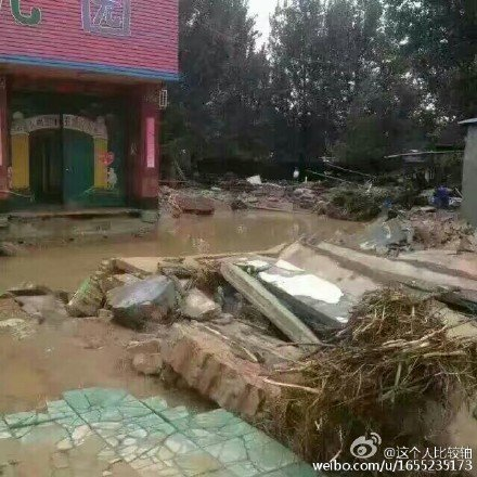 邢台網民上傳照片顯示,水庫洩洪後村裏一片狼藉。(網絡圖片)