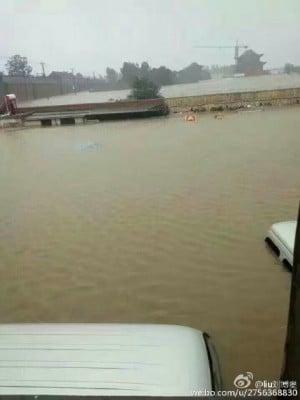 河北邯鄲水庫洩洪,大水幾乎淹沒房頂。(網絡圖片)