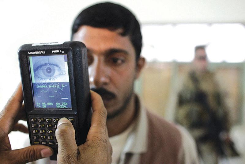 12月10日,美國聯邦政府開始在與墨西哥交界的邊境關口蒐集入境的外國人臉部和眼睛虹膜掃描資料。(Getty Images)