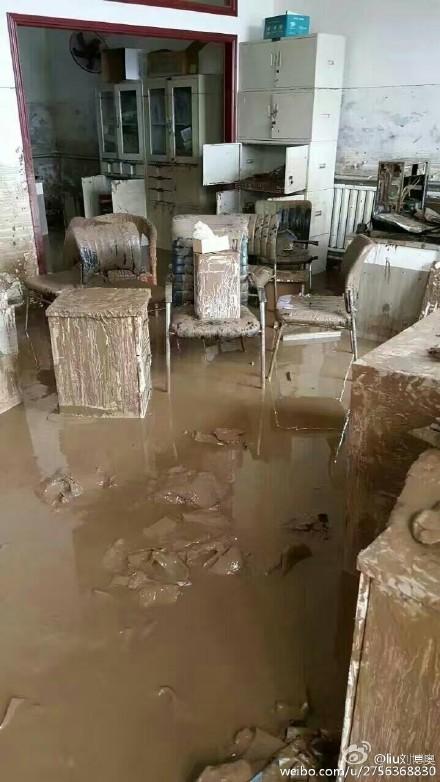 河北邯鄲網民上傳照片,顯示水庫泄洪後,民眾家裏損失嚴重。(網絡圖片)