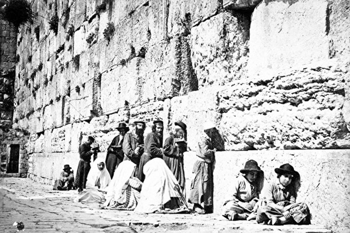 哭牆下禱告的猶太人。(公有領域)