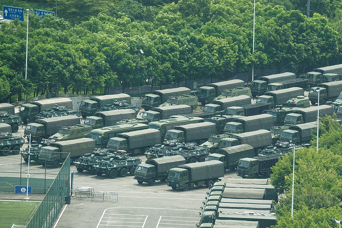 中共大批部隊在2019年8月29日凌晨入港,引起港民高度關切。新華社聲稱這是駐港部隊例行性的輪換。圖為2019年8月15日,停放在深圳灣體育中心外的中共武警軍車。(Getty Images)