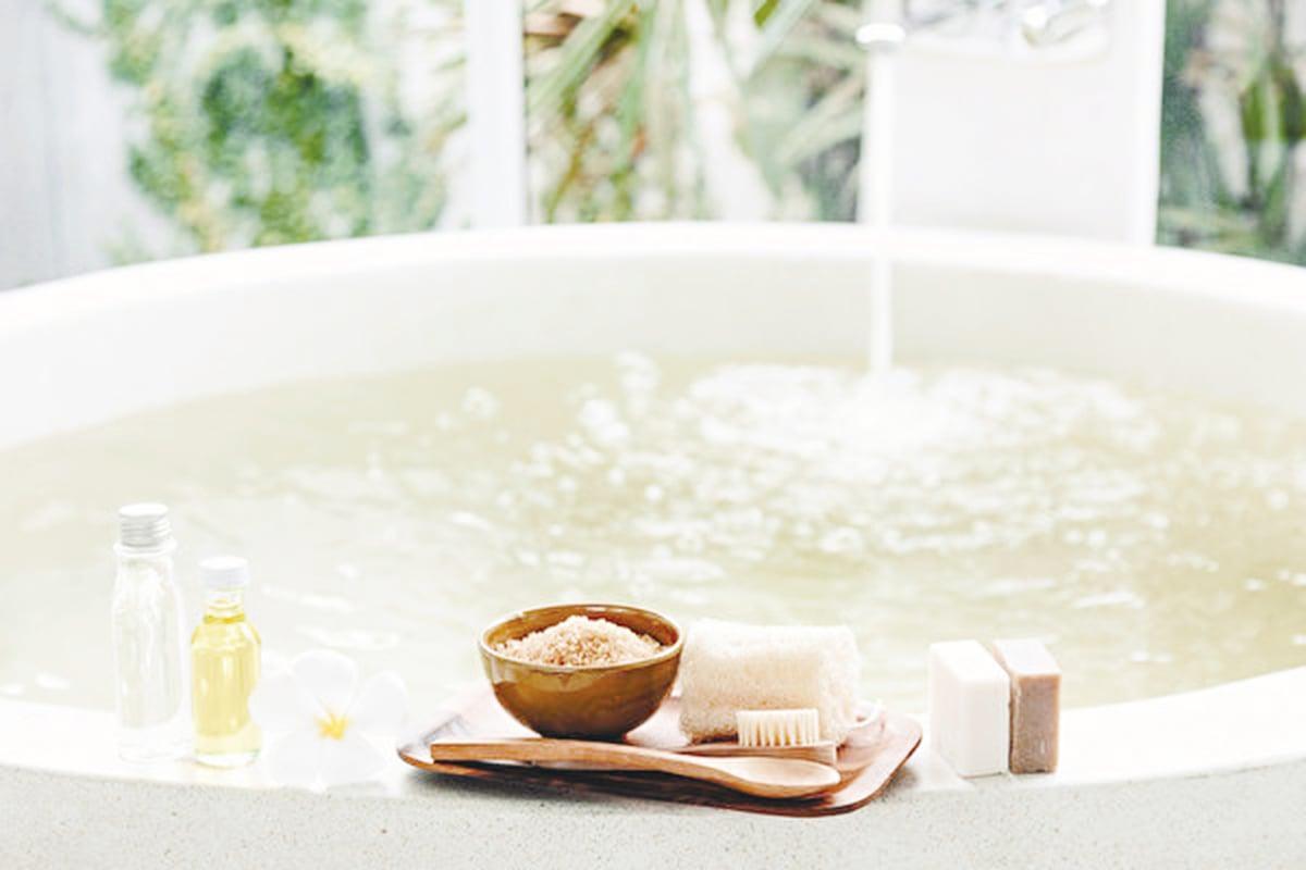 精油可以與沐浴乳一起加到浴缸裏泡澡。(Anna Om/Shutterstock)
