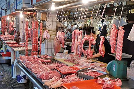 張玉潔綜合報道 大陸2月份豬肉價格同比上漲135.2%,創歷史新高,而民間反映的價格更貴,尤其是封城的地區。目前大陸非洲豬瘟和中共病毒疫情(COVID-19)都在持續,肉類供應恐進一步短缺,恐令價格進一步上漲。 3月18日,數據服務提供商Wind的統計顯示,今年2月份中國食品價格較去年同期上漲21.9%。食品價格上漲的主因是豬肉漲價,2月份豬肉價格同比上漲135.2%,漲幅創下歷史新高。 肉價到3月份還持續上漲 豬肉價格到3月份還在持續上漲。以北京新發地市場的批發價格為例,排骨在3月15日的平均價格是每斤33.5元(人民幣,下同),比去年12月31日上漲了22%,去年同期的平均價格是每斤16.5元。 在封城的武漢,中共官方宣稱有特價肉,但武漢開元公館小區的居民表示,電視裏所說的每斤10元的特價肉、每斤12元的五花腩(都沒見到),社區配發的價格則是每斤50元。據悉,封城地區的居民只能買社區配發的食品。 近日有美國華人曬出上周在超市買肉的照片說,雖然中共肺炎擴散至全球,美國也已經宣佈全國進入緊急狀態,但物價仍保持正常。有網友留言說,大陸的價格要比美國高,同樣部位的豬肉超過30元,甚至40元,有的省市更貴。 自由財經3月17日引述外媒報道,去年大陸爆發的非洲豬瘟疫情,令大陸豬隻減少了40%,引發肉價上漲,預計今年的豬肉生產將減少33.4%。 去年豬肉產量減少導致大陸的豬肉進口需求增加,但是,今年中共肺炎疫情的爆發,正在導致大陸進口豬肉的卸貨都出現困難。 疫情令進口豬肉卸貨困難 德國肉品加工商Simon-Fleisch表示,該公司運送豬肉的冷凍船已經抵達上海,但中共肺炎疫情導致無法卸貨,原因是當地的物流業者處於隔離檢疫狀態,或者存在交通管制的問題。 這種情況不僅影響卸貨,也連帶影響海外肉商冷凍船的可使用數量。 而非洲豬瘟在大陸並未消失,3月12日四川省樂山市曝出非洲豬瘟疫情,死亡7頭生豬;本月初中共農業農村部通報湖北省出現豬瘟疫情——湖北省神農架林區發生野豬非洲豬瘟疫情,7隻野豬死亡。◇