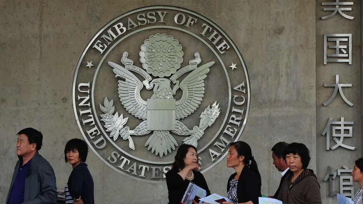 圖為中國人在美國駐北京大使館排隊,等待申請美國簽證的面試。(MARK RALSTON/AFP/GettyImages)