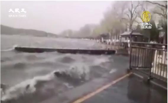 北京頤和園湖水在10級強風中湧起大浪。(新唐人影片截圖)