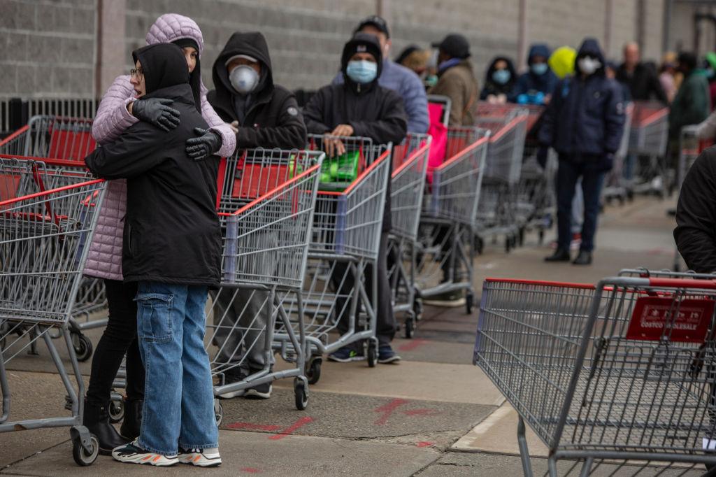 圖為紐約居民排隊購物。(Victor J. Blue/Getty Images)
