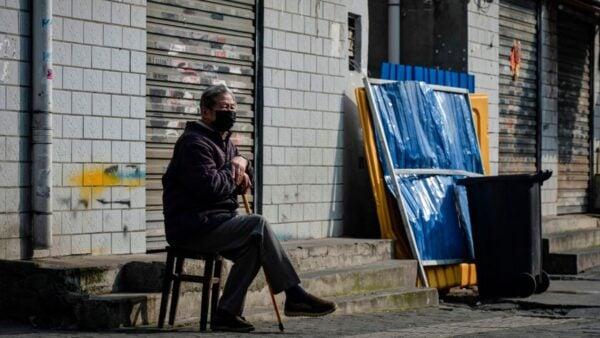 中共當局對輿論管控嚴厲。圖為一名武漢老人獨自坐在馬路上。(STR/AFP via Getty Images)