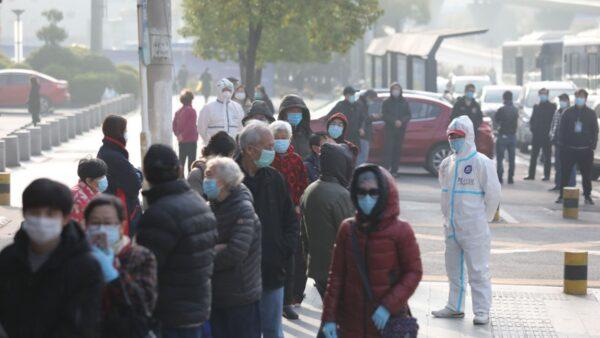 圖為武漢市患者排隊等候檢測。(STR/AFP via Getty Images)