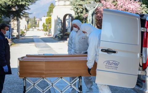 報紙上登滿訃文,很多葬禮只有牧師和儀館館長在場,義大利統計已超過中共官方公佈的大陸中共肺炎死亡人數。(Getty Images))