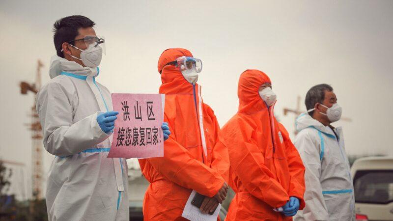 有網友爆料,地方政府為了應付習近平到視察武漢,謊稱方艙醫院患者已經康復因此接回家,結果輕症患者也變為了重症,並感染全家及小區。(STR/AFP via Getty Images)