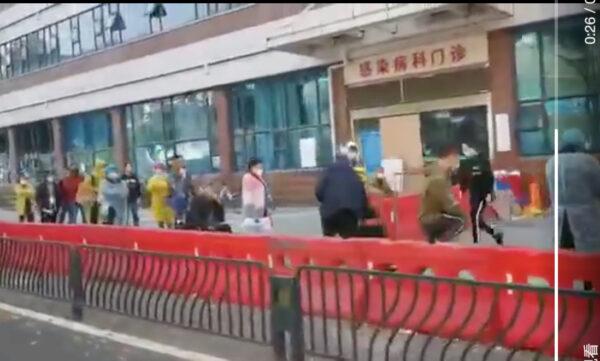 武漢協和醫院發熱門診再度出現患者排隊場面。(網絡圖片)