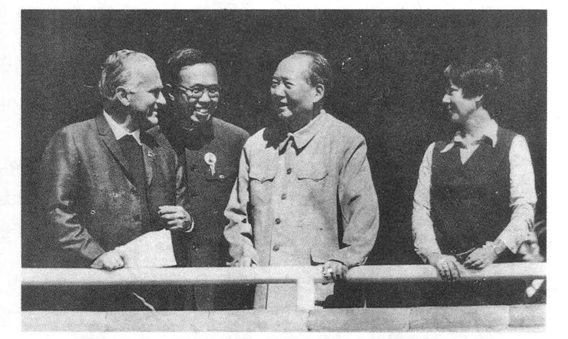 1970年8月至1971年2月,斯諾最後一次訪問中國,徹底改變了斯諾對毛的看法。圖為1970年10月1日,斯諾與毛交談。(網絡圖片)