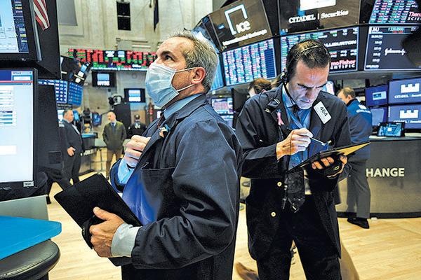 3月20日,紐約證券交易所交易員戴著口罩工作。(Getty Images)