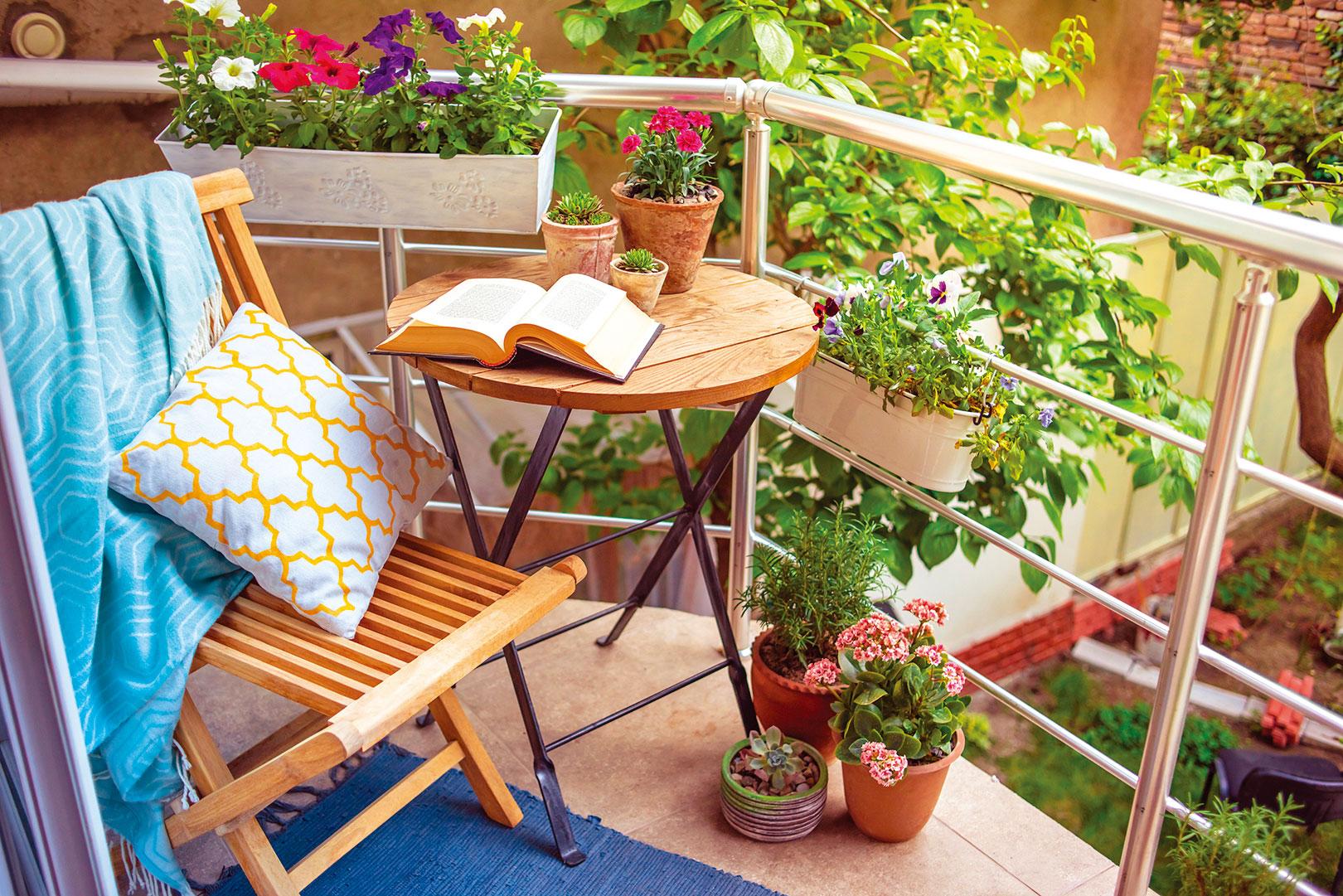 只要了解一些簡單的設計思路,你也能輕鬆地將公寓陽台轉變為讓人放鬆的綠洲。(shutterstock)