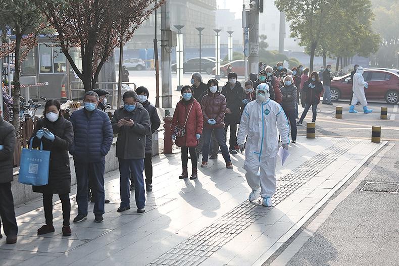 武漢醫院前的長隊。(AFP)