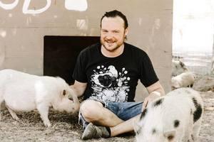 農場徵「小豬抱抱員」 每周三小時工作超療癒