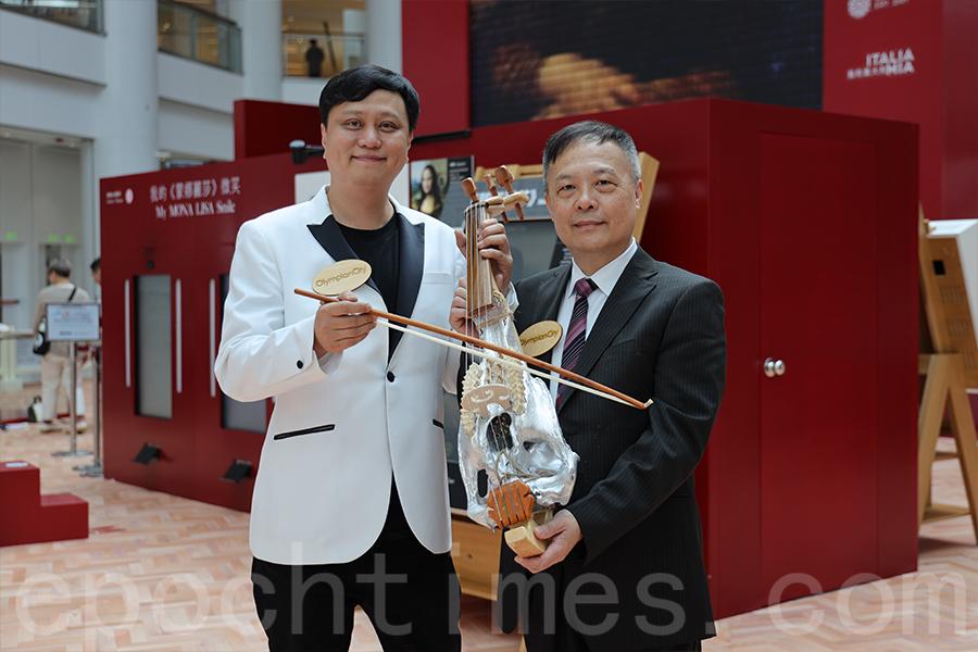 廖原有幸協助小提琴製作家及樂器顧問黃煒權先生(右)進行樂器復刻品的製作。(陳仲明/大紀元)