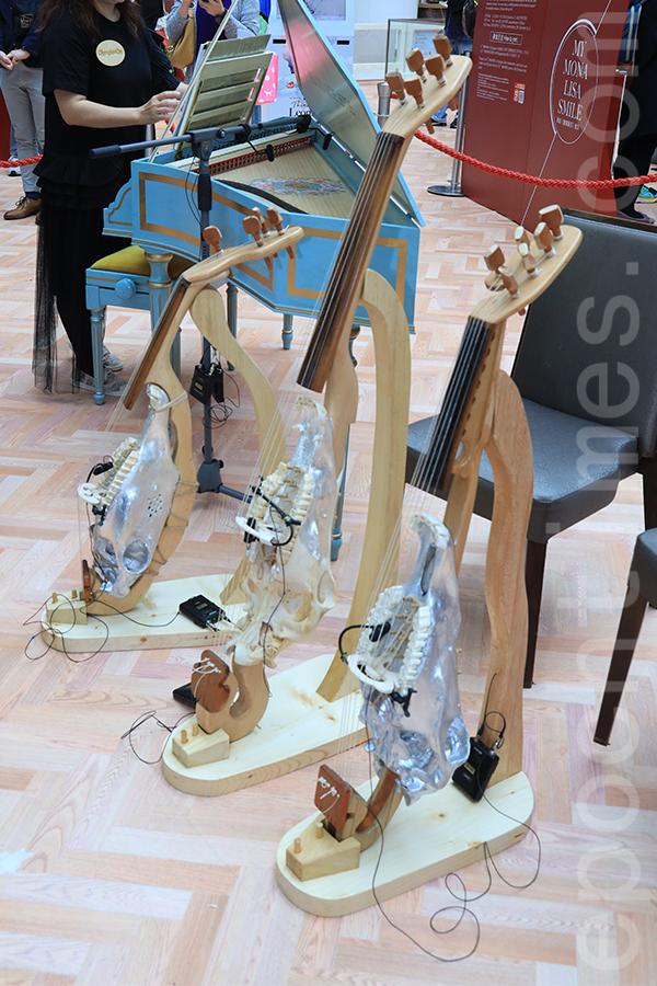 達文西設計的銀色里拉琴復刻品。(陳仲明/大紀元)