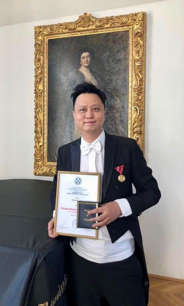 廖原於去年榮獲「奧地利史懷哲熱心服務大獎」,該獎項為表彰對社會貢獻良多的人士而設。(受訪者提供)
