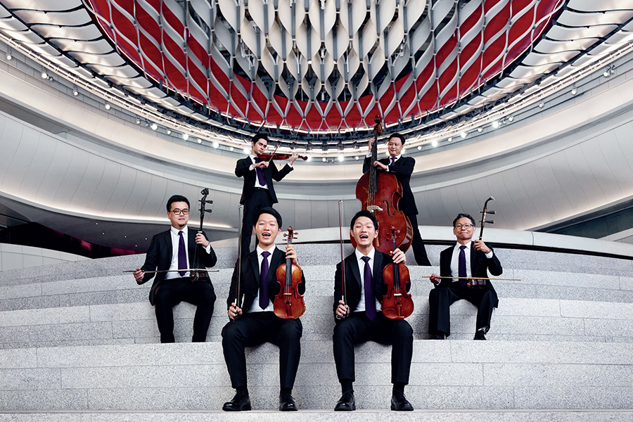 廖原(右上一)受邀擔任香港共融樂團音樂總監,推動殘疾人士發展音樂潛能。(受訪者提供)