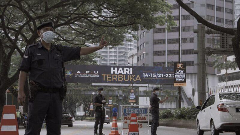 2020年3月22日,在馬來西亞吉隆坡,當局出動軍隊協助警隊,以確保全國人民遵守政府實施行動管制令。(Rahman Roslan/Getty Images)