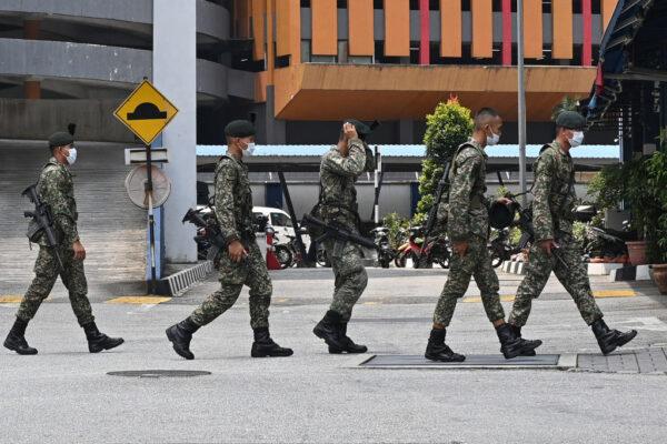 2020年3月22日,在馬來西亞吉隆坡,當局出動軍隊協助警隊,以確保全國人民遵守政府實施行動管制令。(MOHD RASFAN/AFP via Getty Images)