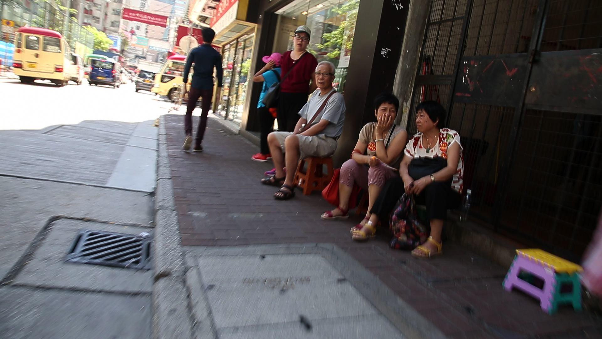 第七屆「全世界中國古典舞大賽」亞太區初賽將於8月1日,於香港麥花臣場館舉行,麥花臣場館外的奶路臣街和對面染布房街,有大約十名「香港慈愛協會」及「香港民意交流協會」成員在場看守和拍攝。(李逸/大紀元)