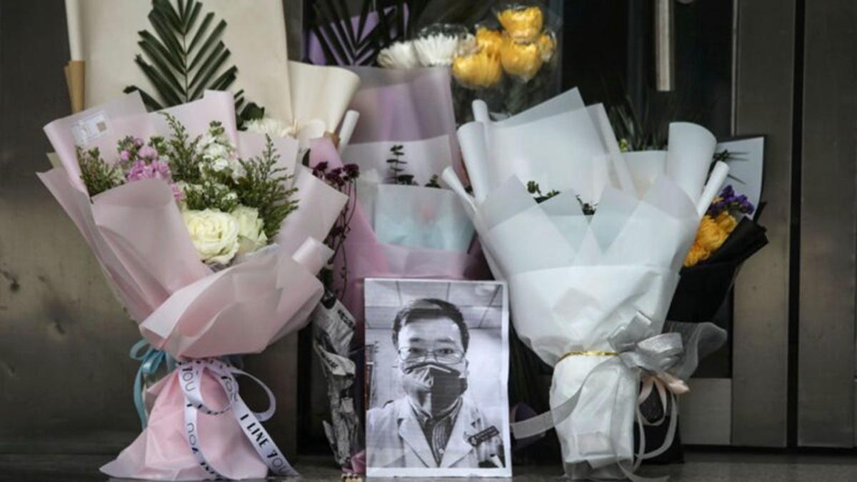 武漢民眾擺放鮮花哀悼疫情「吹哨人」李文亮醫生。(Getty Images)