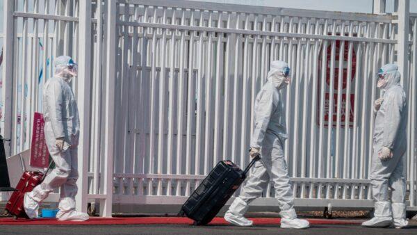 法媒驚訝的問,北京怎麼啦?為何飛機繞行其它城市,湖北人禁入京?(NICOLAS ASFOURI/AFP via Getty Images)