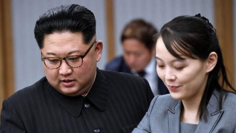 圖為北韓領導人金正恩(左)與他的胞妹金與正(Kim Yo Jong)於2018年4月27日在南韓板門店和平之家參加兩韓首腦會議。(Korea Summit Press Pool/Getty Images)