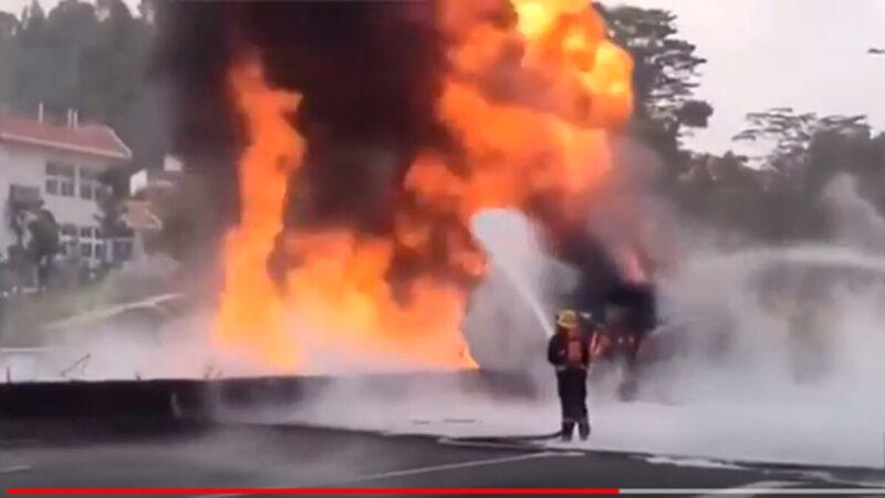 廣深高速公路深圳段再有運油車失事起火,現場烈燄沖天,濃煙蔽日。(影片截圖)