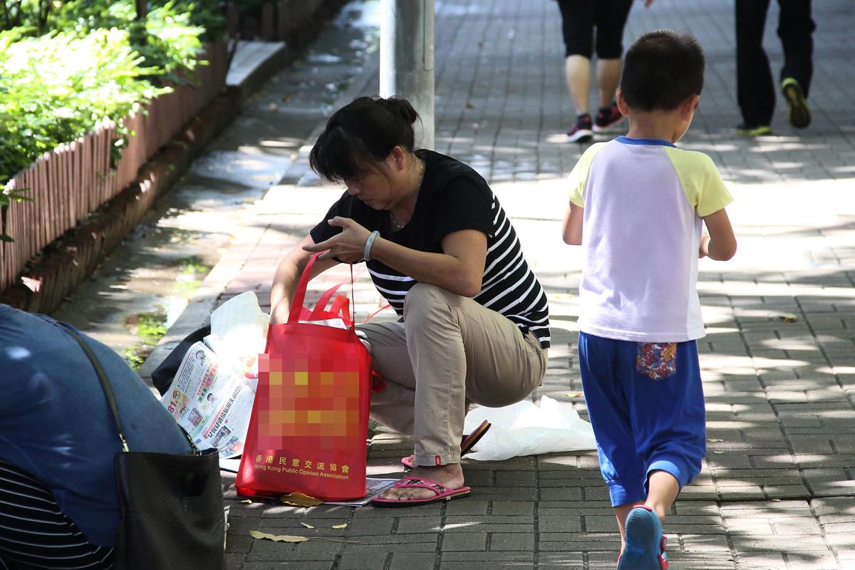 第七屆「全世界中國古典舞大賽」亞太區初賽將於8月1日,於香港麥花臣場館舉行,麥花臣場館外的奶路臣街和對面染布房街,有大約十名「香港慈愛協會」及「香港民意交流協會」成員在場看守和拍攝,部份人佩有組織提供的不織布袋。(李逸/大紀元)