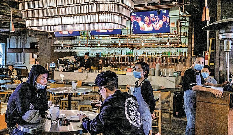 港府將修例發出「禁酒令」,全港8,600間有酒牌的食肆、酒吧等,均不准售賣酒類飲品。(Anthony Kwan/Getty Images)